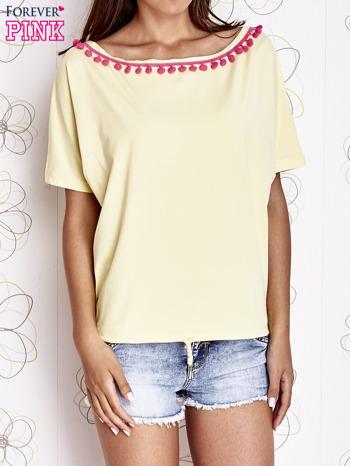 Żółty t-shirt z różowymi pomponikami przy dekolcie                                  zdj.                                  1