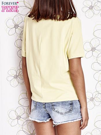 Żółty t-shirt z różowymi pomponikami przy dekolcie                                  zdj.                                  4