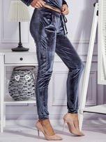 Aksamitne spodnie dresowe ciemnoszare                                  zdj.                                  5