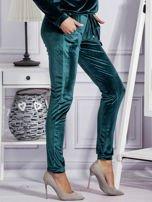 Aksamitne spodnie dresowe ciemnozielone                                  zdj.                                  5