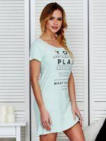 Bawełniana miętowa sukienka z napisami                                  zdj.                                  3