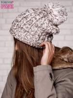 Beżowa czapka z pomponem i dżetami