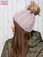 Beżowa czapka z warkoczowym splotem i futrzanym pomponem                                  zdj.                                  2
