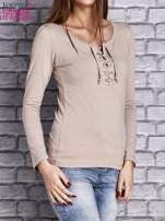 Beżowa gładka bluzka ze sznurowanym dekoltem i troczkami                                   zdj.                                  3