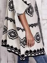 Beżowa narzutka w azteckie wzory