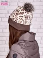 Beżowa pluszowa czapka w panterkę z futrzanym pomponem