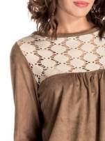 Beżowa zamszowa sukienka z gipiurą                                  zdj.                                  4
