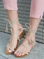Beżowe sandały wiązane wokół kostki ozdobnym chwostem                                  zdj.                                  1