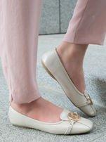 Beżowo-perłowe tłoczone baleriny Monnari z ozdobną złotą przypinką                                  zdj.                                  3