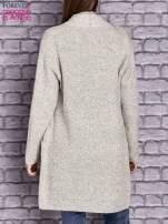 Beżowy melanżowy sweter z kaskadowym dekoltem                                  zdj.                                  4