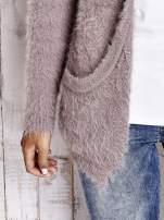 Beżowy puszysty sweter z bocznymi kieszeniami