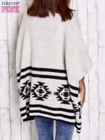 Beżowy sweter oversize w azteckie wzory                                  zdj.                                  2