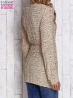 Beżowy sweter zapinany na guziki                                                                          zdj.                                                                         4