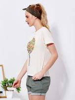 Beżowy t-shirt z kolorowym nadrukiem i perełkami                                  zdj.                                  3