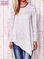 Biała asymetryczna bluzka z ciemniejszą nitką