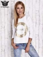 Biała bluza w stylu glamour ze złotym nadrukiem i lamówką                                  zdj.                                  3