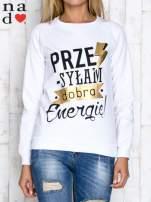 Biała bluza z napisem PRZESYŁAM DOBRĄ ENERGIĘ
