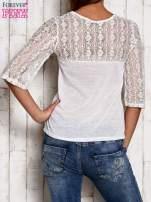 Biała bluzka z ażurowym dekoltem i rękawami                                  zdj.                                  4