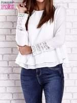 Biała bluzka z koronkowym wykończeniem rękawów                                  zdj.                                  1
