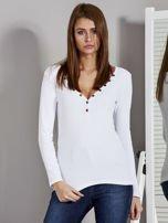 Biała bluzka z zatrzaskami przy dekolcie                                   zdj.                                  1