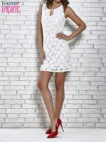 Biała koronkowa sukienka z wiązaniem przy dekolcie                                  zdj.                                  7
