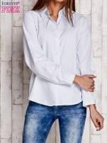 Biała koszula z delikatnym nadrukiem                                  zdj.                                  1