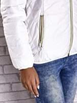 Biała ocieplana kurtka z kontrastowym wykończeniem kaptura                                                                          zdj.                                                                         7