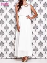 Biała sukienka maxi z łańcuchem przy dekolcie