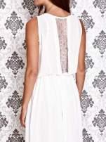 Biała sukienka maxi z łańcuchem przy dekolcie                                                                          zdj.                                                                         5
