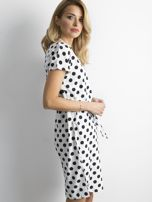 Biała sukienka w grochy z wiązaniem                                  zdj.                                  3