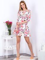 Biała sukienka w kolorowe kwiaty z gumką w pasie                                  zdj.                                  4