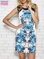 Biała sukienka z niebieskim nadrukiem kwiatowym z dżetami                                                                          zdj.                                                                         1