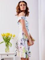 Biała sukienka z odkrytymi ramionami w kwiaty                                  zdj.                                  3