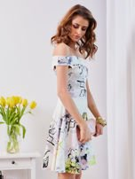 Biała sukienka z odkrytymi ramionami w kwiaty                                  zdj.                                  7