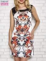 Biała sukienka z pomarańczowym nadrukiem kwiatowym z dżetami                                  zdj.                                  1