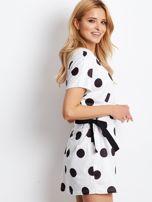 Biała wiązana sukienka w grochy                                  zdj.                                  4
