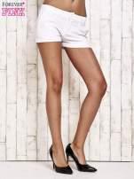 Białe materiałowe szorty z podwijaną nogawką
