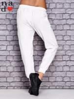 Białe spodnie dresowe z zasuwaną kieszonką                                  zdj.                                  2