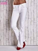 Białe spodnie jeansowe flared