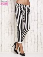 Białe spodnie rurki w czarne pionowe pasy                                  zdj.                                  1