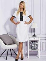 Biało-czarna sukienka z ozdobnym wykończeniem                                  zdj.                                  4