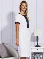 Biało-granatowa sukienka z ozdobnym wykończeniem                                  zdj.                                  3