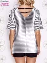 Biało-granatowy t-shirt w paski z ozdobnym dekoltem na plecach                                  zdj.                                  4
