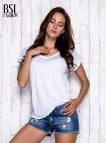 Biały asymetryczny t-shirt z trójkątnym dekoltem                                  zdj.                                  3