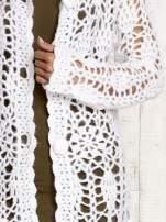 Biały długi sweter na guziki