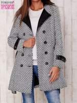 Biały płaszcz ze skórzanym kołnierzem i paskiem                                   zdj.                                  5