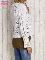 Biały sweter z wiązaniem                                  zdj.                                  4