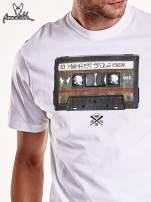 Biały t-shirt męski z nadrukiem kasety