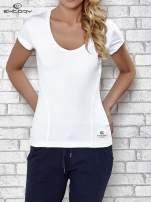 Biały t-shirt sportowy z dekoltem w lekkie V