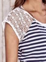 Biały t-shirt w paski z koronkowymi rękawami                                  zdj.                                  5